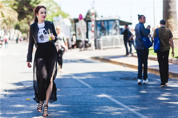 Khoác ngoài là áo da cá tính, điểm nhấnbiến trang phục của Angela Phương Trinh vừa trẻ trung lại sành điệu.