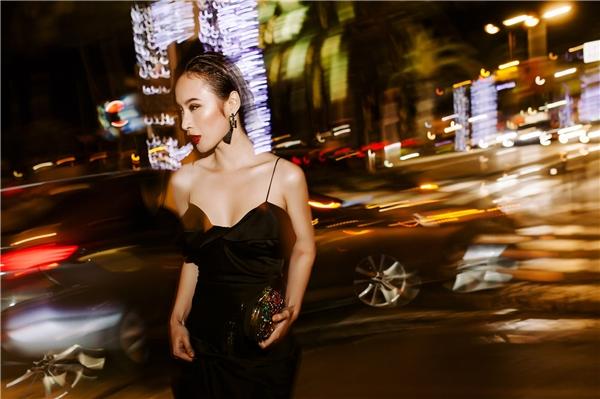 Được biết, trước khi lên đường sang Pháp, nữ diễn viên Taxi, em tên gìcùng stylist của mình đã chuẩn bị 20 thiết kế độc đáo dành cho việc xuất hiện trên thảm đỏ và những lần góp mặt trên đường phố.