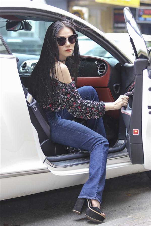 Mới đây người đẹp đã gây chú ý khi xuất hiện trên đường phố Sài Gòn. Nữ ca sĩ cùng chồng đi trên siêu xe có giá trị không dưới 5 tỉ đồng. - Tin sao Viet - Tin tuc sao Viet - Scandal sao Viet - Tin tuc cua Sao - Tin cua Sao