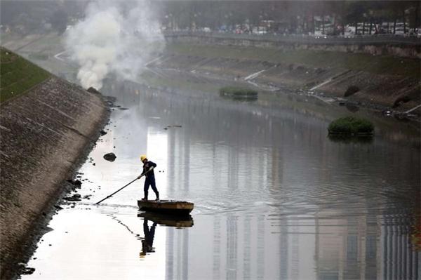 """Sông Tô Lịch, Hà Nội, cũng là một """"tụ điểm"""" của không biết bao nhiêu là rác."""