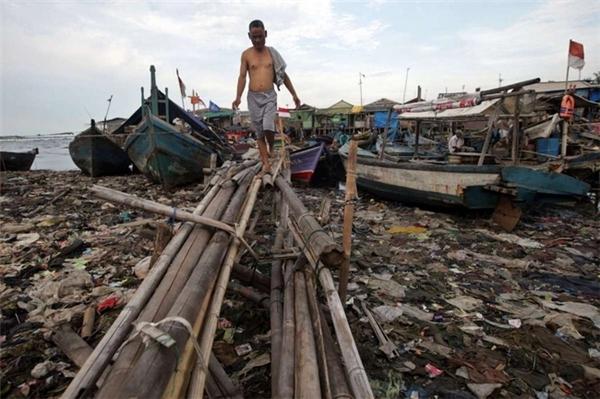 Bãi biển ở Jakarta thay vì trải dài những cát thì lại được thay bằng rác.