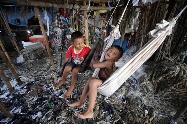 Rác đã trở thành môi trường sống hết sức bình thường của hai cậu bé ở Jakarta này.