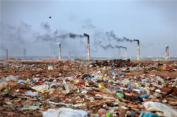 Bangladesh cũng đã trở thành một vùng đất rác cùng những cột ống khói đen ngút trời.