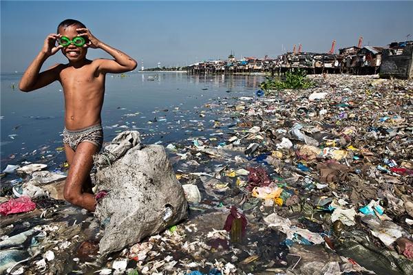 Cậu bé này mỗi sáng đều phải đi lượm ve chai đem về bán với giá 8000 đồng/kg để kiếm tiền phụ giúp gia đình.