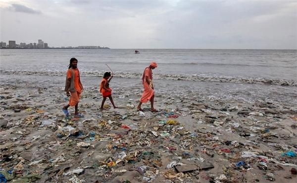 Một gia đình cùng đi dạo trên bãi biển ở Mumbai, Ấn Độ.