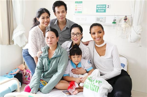 Sau khi biết được gia cảnh và tình trạng bệnh của bé, NTK Hoàng Hải đã tức tốc trích tiền trong quỹ từ thiện để hỗ trợ gia đình làm phẫu thuật cho bé. - Tin sao Viet - Tin tuc sao Viet - Scandal sao Viet - Tin tuc cua Sao - Tin cua Sao