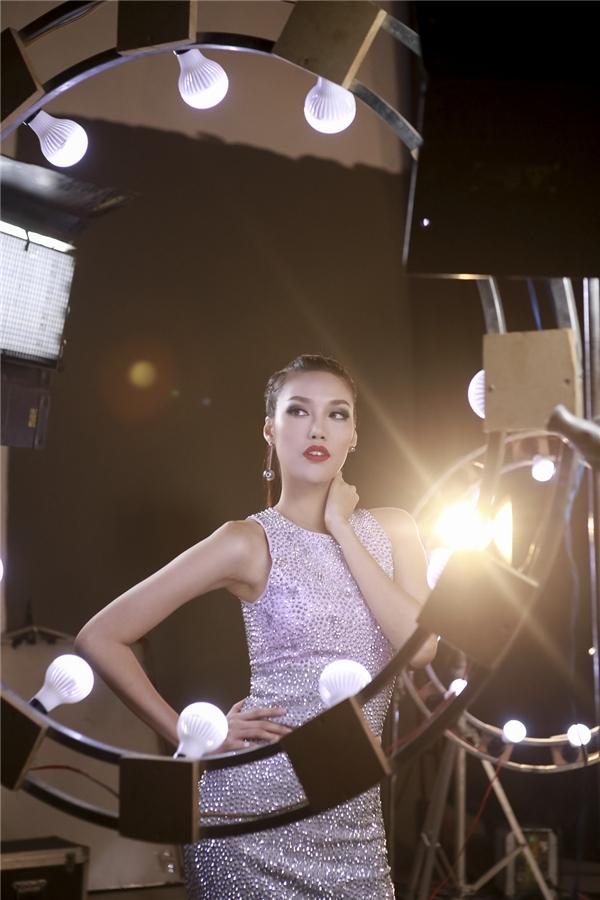Lan Khuê cũng diện trang phục với chất liệu ánh kim nổi bật. Mặc dù còn non về tuổi nghề nhưng Top 11 Hoa hậu Thế giới lại có khá nhiều kinh nghiệm khi từng chinh chiến và gặt hái được nhiều thành công tại các cuộc thi về nghề mẫu.