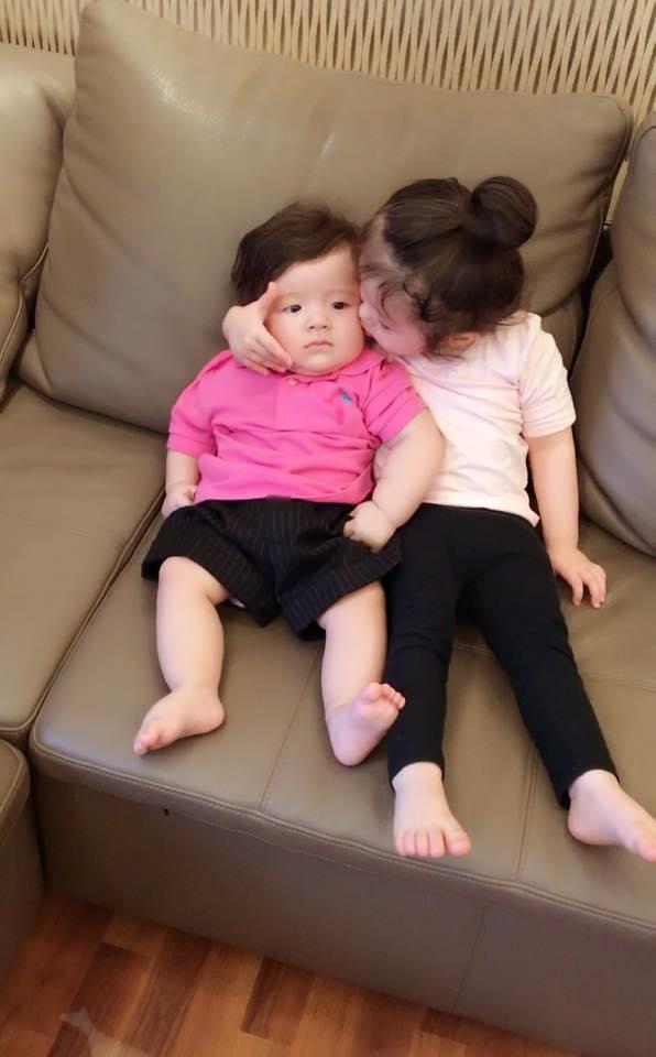 """Tuy vậy, Cadie luôn tỏ ra là người chị tốt khi hết lòng yêu thương em trai. """"Bà bán mì"""" thường dành những nụ hôn sâu để thể hiện tình cảm với Alfie. - Tin sao Viet - Tin tuc sao Viet - Scandal sao Viet - Tin tuc cua Sao - Tin cua Sao"""