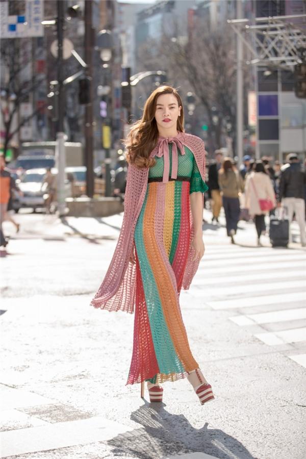 Ngay hôm sau, trên đường phố Tokyo, Hồ Ngọc Hà diện bộ cánh với những tông màu nổi bật của nhà mốt Gucci. Thiết kế được thực hiện trên nền chất liệu len đan móc trông khá lạ mắt.Tuy nhiên, bộ trang phục này lại nhận nhiều ý kiến trái chiều. Bên cạnh những lời khen vẫn có người cho rằng bà mẹ một con nên bỏ đi lớp áo khoác màu hồng pastel bên ngoài để tổng thể trông nhẹ nhàng, thanh thoát hơn.