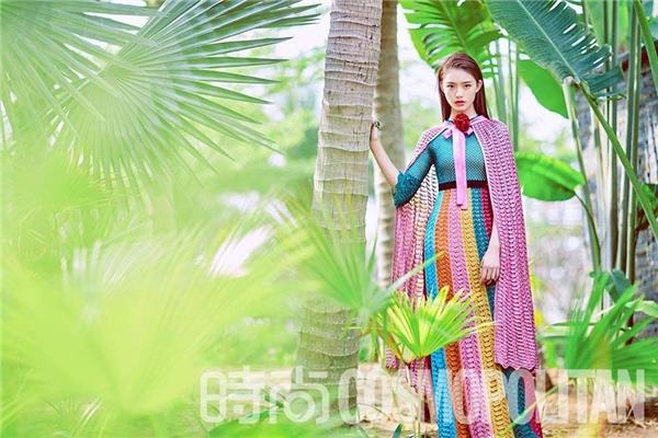 """Mới đây, trên tạp chí Cosmopolitan, """"mỹ nhân ngư"""" Lâm Duẫn diện thiết kế tương tự Hồ Ngọc Hà xuất hiện trong khung cảnh thiên nhiên xanh mát. Vẻ ngoài trẻ trung của mĩ nhân sinh năm 1996 nhận được nhiều lời khen bởi sự nhẹ nhàng, thanh tú."""