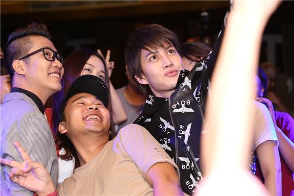 Nam diễn viên vui vẻ chụp ảnh cùng các phóng viên và người hâm mộ. - Tin sao Viet - Tin tuc sao Viet - Scandal sao Viet - Tin tuc cua Sao - Tin cua Sao