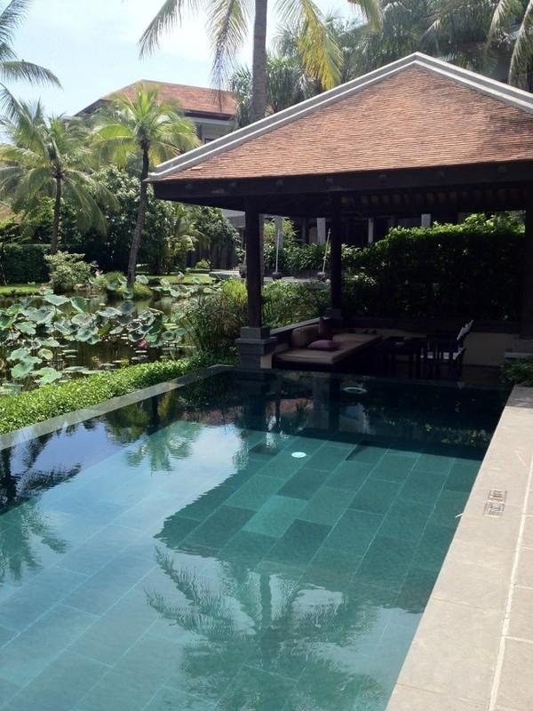 Một góc bể bơi trong dinh thự của nhà Lý Quí Khánh. - Tin sao Viet - Tin tuc sao Viet - Scandal sao Viet - Tin tuc cua Sao - Tin cua Sao