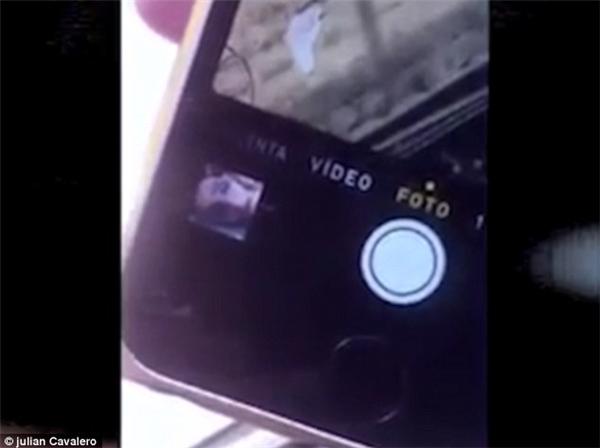 Tấm ảnh hiển thị ở góc màn hình chỉ thể hiện nó có mặt trong album ảnh trong điện thoại, nhưng lại không thể được phóng to trên màn hình để xem.