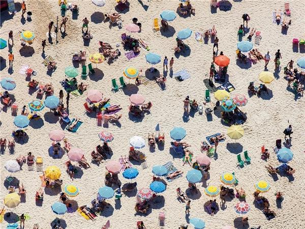 Trên bãi cát ở Santa Monica, California, Mỹ.   Bãi biển Ipanema, Rio de Janeiro, Brazil.
