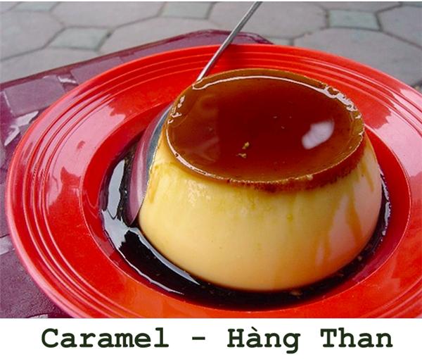 Ai đã từng thưởng thức caramel Hàng Than rồi đều phải công nhận, cái vị béo béo, ngậy ngậy, thơm thơm rất khác biệt của caremel ở đây đi tìm nơi nào cũng không có. Có lẽ đó cũng chính là lí do mà muốn ăn caramel, người ta đều cất công tìm đến đây để ăn mới bõ. (Ảnh: Internet)