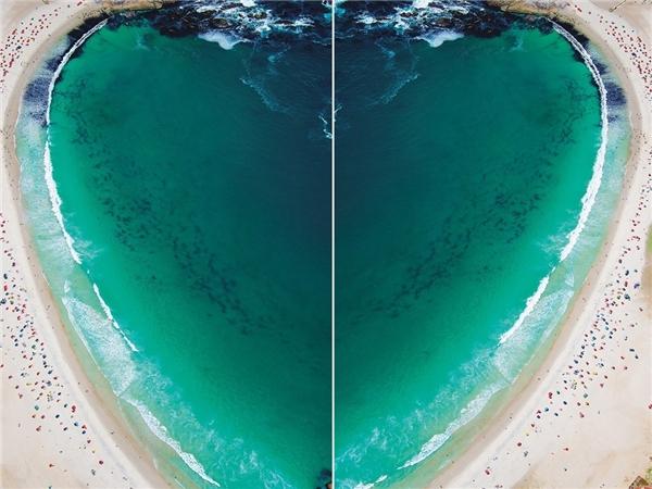 Hình đôi tạo hình trái tim của bãi biển Camps Bay, Cape Town, Nam Phi.