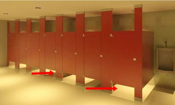 Lý do cửa nhà vệ sinh công cộng luôn có khoảng trống