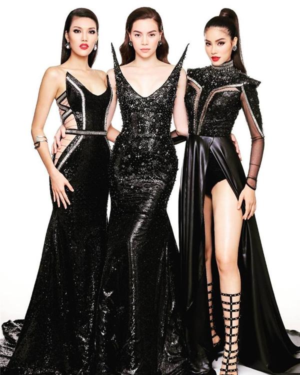 Mới đây, chương trình vừa chia sẻ hình ảnh của bộ ba huấn luyện viên với trang phục với sắc đen làm chủ đạo. Đây là thiết kế nằm trong bộ sưu tập Dải ngân hà của nhà thiết kế Chung Thanh Phong.