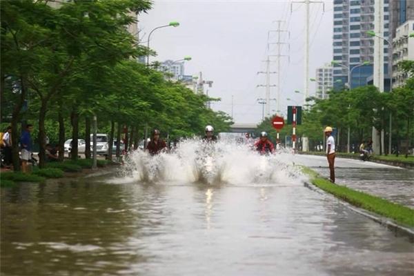 Hình ảnh nhóm bạn trẻ đi xe phân phối lớn, té nước vào người đi đường. Ảnh: Đặng Duy Việt.