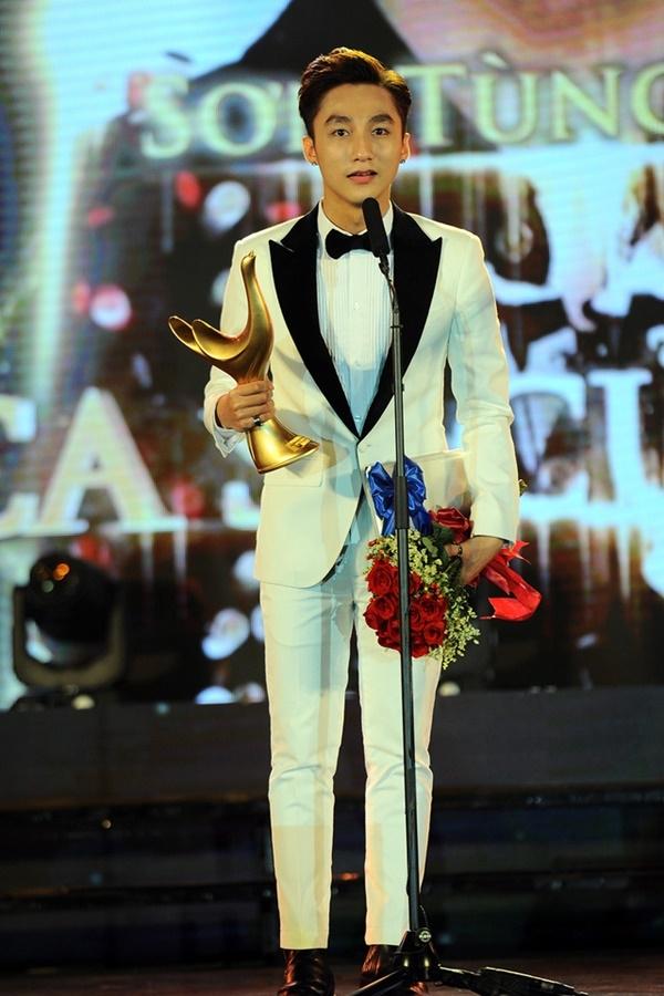Nam ca sĩ vừa vinh dự nhận giải Cống hiếnở hạng mục Ca sĩ của năm - Tin sao Viet - Tin tuc sao Viet - Scandal sao Viet - Tin tuc cua Sao - Tin cua Sao