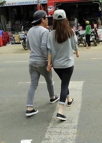 Đây là khoảnh khắc được chụp trộm khi Trường Giang về quê Nhã Phương. Cả hai cũng diện đồ đôi và tay trong tay như vẫn thường thấy trên mặt báo. - Tin sao Viet - Tin tuc sao Viet - Scandal sao Viet - Tin tuc cua Sao - Tin cua Sao