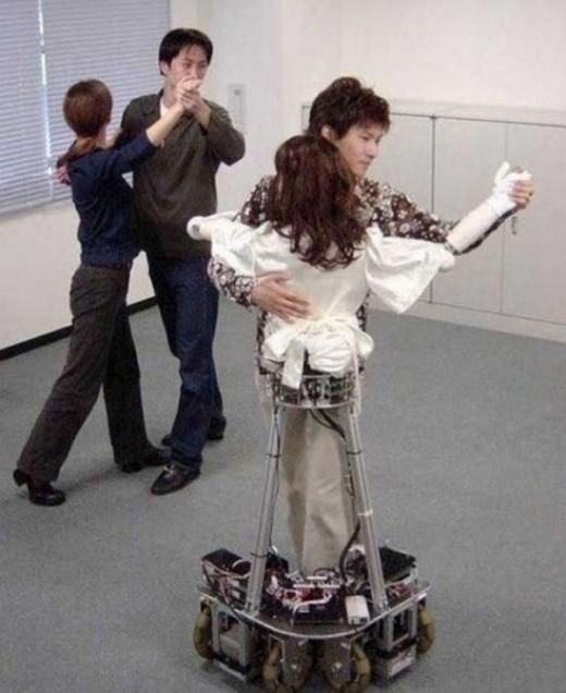 FA khiêu vũ, tại sao không? Khi công nghệ đã tiến bộ vượt bậc thì sự cô đơn không còn là vấn đề nan giải đâu nhỉ!