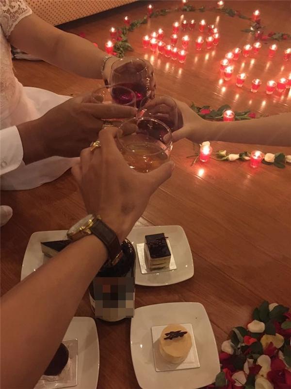 Buổi lễ kỉ niệm ngọt ngào trong không gian ấm áp của gia đình. (Ảnh: FBNV)