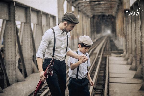 Bộ ảnh được thực hiệncùng 2 cha con anh Nguyễn Đức Minh tại các địa điểm: cầu Đông Trù (Long Biên), phố Tạ Hiện, vườn nhãn và phim trường.