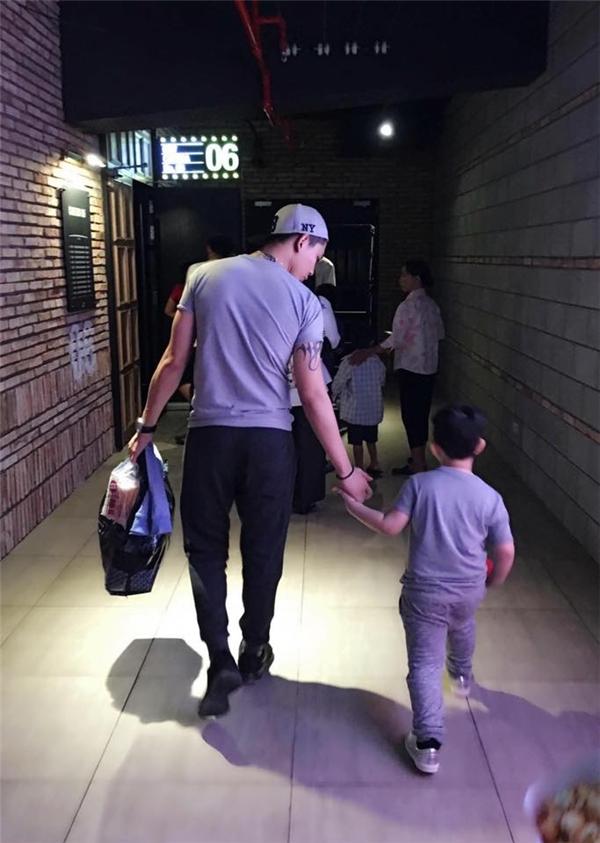 Tim dành thời gian cuối ngày đưa con trai đi xem phim. - Tin sao Viet - Tin tuc sao Viet - Scandal sao Viet - Tin tuc cua Sao - Tin cua Sao