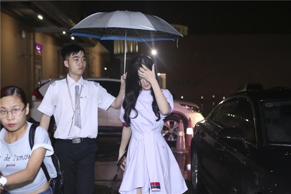 """Đông Nhi """"đội mưa"""" đến gặp gỡ khán giả của Tuần lễ phim Việt. - Tin sao Viet - Tin tuc sao Viet - Scandal sao Viet - Tin tuc cua Sao - Tin cua Sao"""