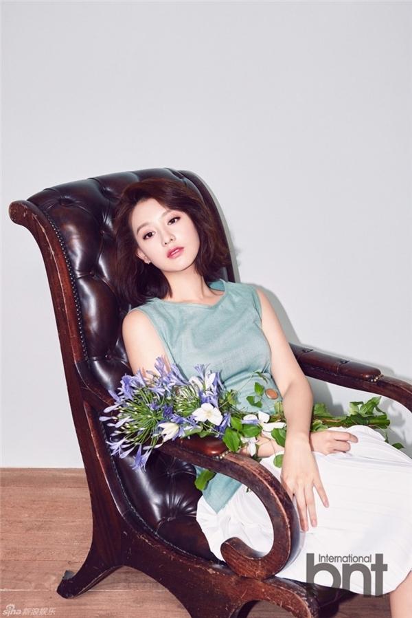 Dù là trang phục đơn giản, Kim Ji Won vẫn tràn đầy cuốn hút