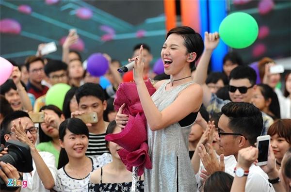 """Tóc Tiên nghẹn ngào khi """"hát song ca"""" cùng Wanbi Tuấn Anh - Tin sao Viet - Tin tuc sao Viet - Scandal sao Viet - Tin tuc cua Sao - Tin cua Sao"""