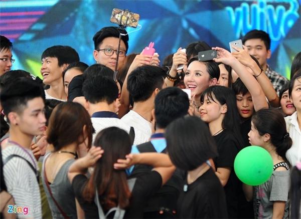Sau buổi ghi hình, nữ ca sĩ phải nán lại khá lâu để chụp ảnh cùng người hâm mộ. (Ảnh: Zing.vn) - Tin sao Viet - Tin tuc sao Viet - Scandal sao Viet - Tin tuc cua Sao - Tin cua Sao
