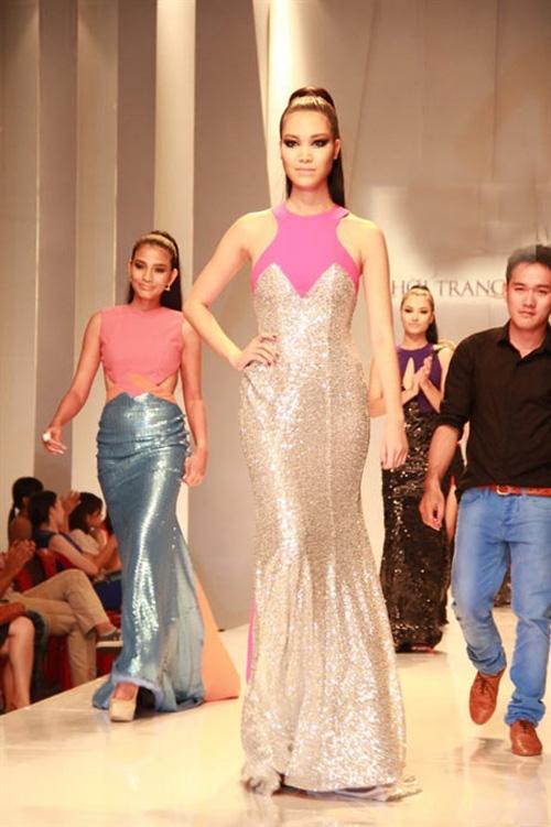 Cuối cùng, Thùy Dung dẫn đầu đoàn người mẫu đi ra, trong khi đó Trương Thị May nắm tay nhà thiết kế. Vẻ mặt của hai người đẹp cũng trở nên đổi sắc với tình huống trớ trêu này.