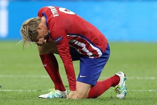 Fernando Torres - người đàn ông 32 tuổi can trường, nếm trải không biết bao sóng gió và đắng cay trên đỉnh cao bóng đá đã không thể đứng vững. Anh gục xuống khóc nức nở nhưng dường như muốn cố che giấu những giọt lệ không ngừng rơi.