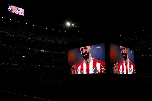 Hình ảnh Juanfran khóc được chiếu trên sân Bernabeu.