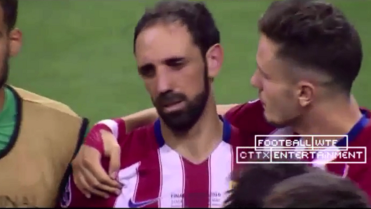 Khuôn mặt thất thần trong vòng tay an ủi của đồng đội.