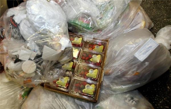 9. Lượng thực phẩm bỏ đi khổng lồ Tâm líkhách hàng luôn muốn mua đồ ở những kệ hàng nhiều đồ và đa đạng. Do đó, các cửa hàng, siêu thị thường trữ nhiều hàng. Những loại rau, củ ở bên dưới thường bị hỏng sẽ bị vứt đi hoặc tái sử dụng vào các món ăn (nếu có thể).