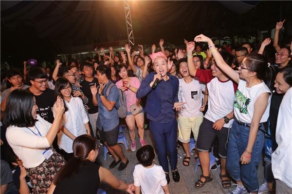 Anh còn xuống tận sân khấu vừa hát vừa nhảy múa cùng các bạn học sinh. - Tin sao Viet - Tin tuc sao Viet - Scandal sao Viet - Tin tuc cua Sao - Tin cua Sao
