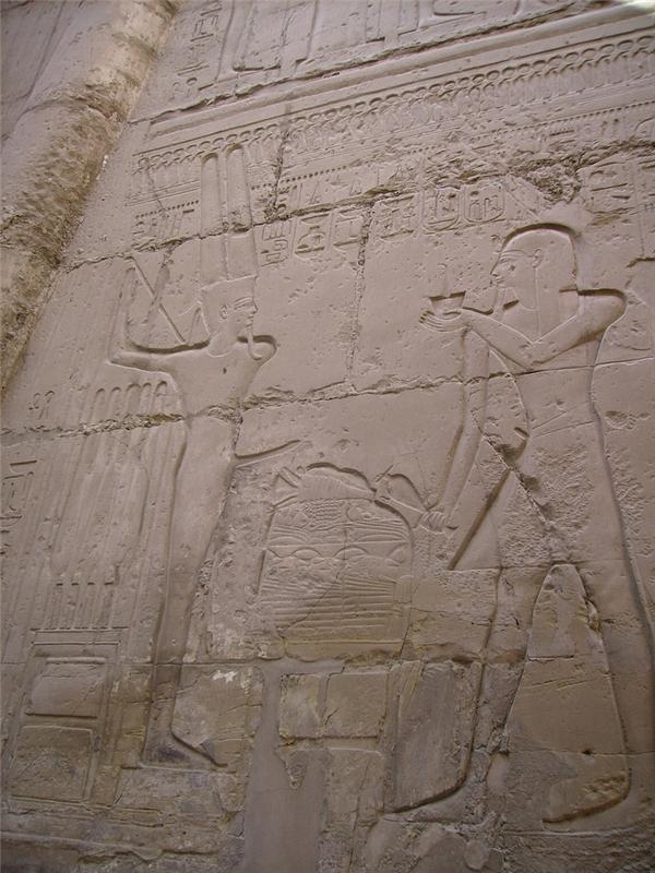 Phong tục này đã được khắc lên phiến đá trước đền thờ tại Ai Cập. (Ảnh: Internet)
