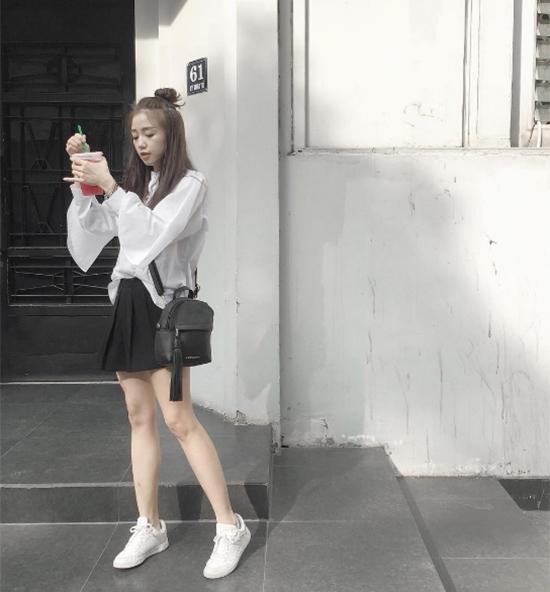 Sa Lim như trở thành nữ sinh trung học với sơ mi trắng, chân váy đen.