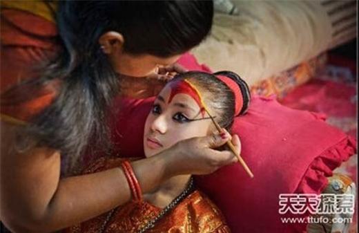 Thông thường, những bé gái đã từng làm Kumari sẽ không thể có cuộc sống hôn nhân bình thường như những người khác.