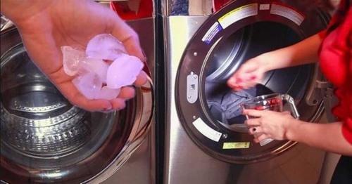 """Đá và máy sấy là """"một cặp bài trùng"""", nhiệt độ từ máy sấy sẽ làm tan chảy đá, hơi nước sẽ giúp áo quần bạn đỡ nhăn hơn. (Ảnh: Internet)"""