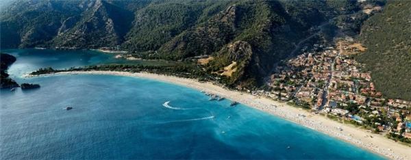 Nằm ở bờ tây nam Thổ Nhĩ Kỳ, bãi biển này giống như một thiên đường bí mật, nằm giữa những dãy núi hoang sơ. Do đó, làn nước ở đây luôn êm đềm, rất thích hợp cho du khách bơi lội và chèo thuyền kayak. Ảnh:Hangoutoludeniz.