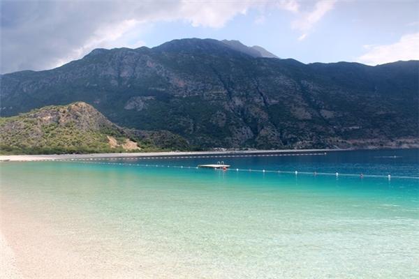Bơi lặn hay chèo thuyền là cách phổ biến nhất để trải nghiệm làn nước xanh biếc của Ölüdeniz.(Ảnh:Heelstohikingboots)