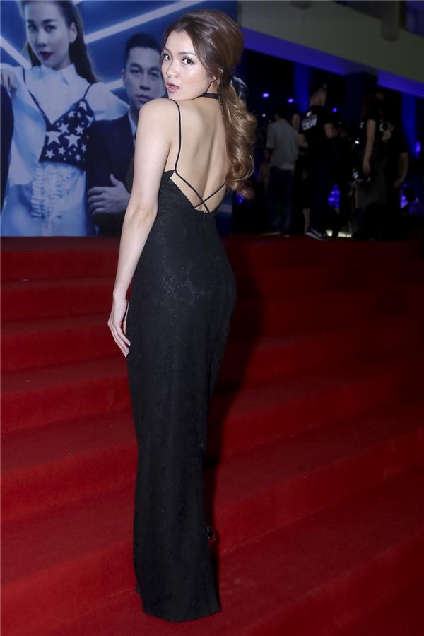 Huỳnh Minh Thủy diện váy ren dài quyến rũ.