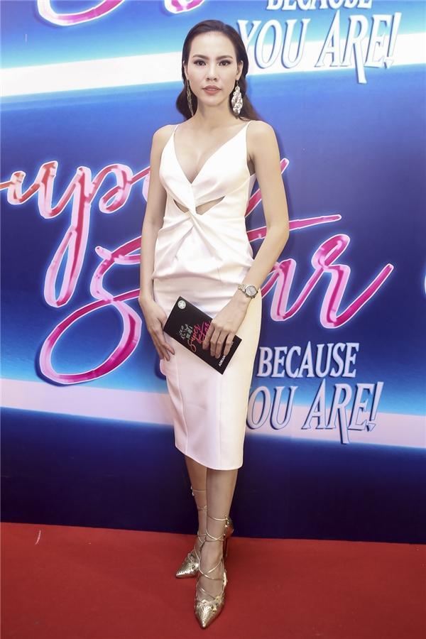 Hoa hậu Siêu quốc gia Việt Nam 2015 Lệ Quyên khoe đường cong bốc lửa trong chiếc váy trắng cắt xẻ táo bạo.