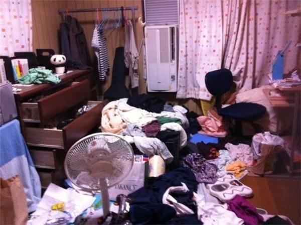 Phải chăng chủ nhân căn phòng này nghĩ quần áo cũng là... vật trang trí?