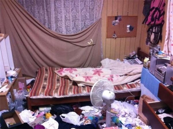 Phải làm sao cho rác ngập bằng giường, thế là có thể thoải mái nằm lăn khắp phòng, không sợ lọt giường.