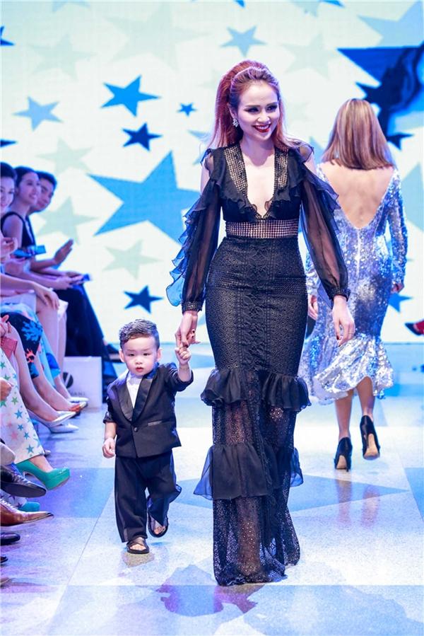 Các nhóc tì nhà sao Việt trình diễn catwalk cực đáng yêu và
